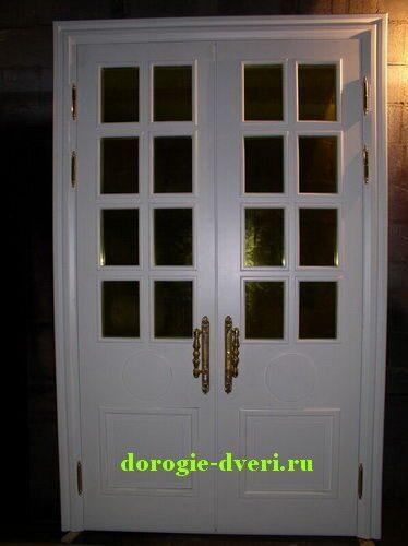входная белая двустворчатая дверь