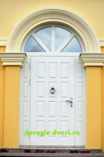 белые коттеджные входные двери
